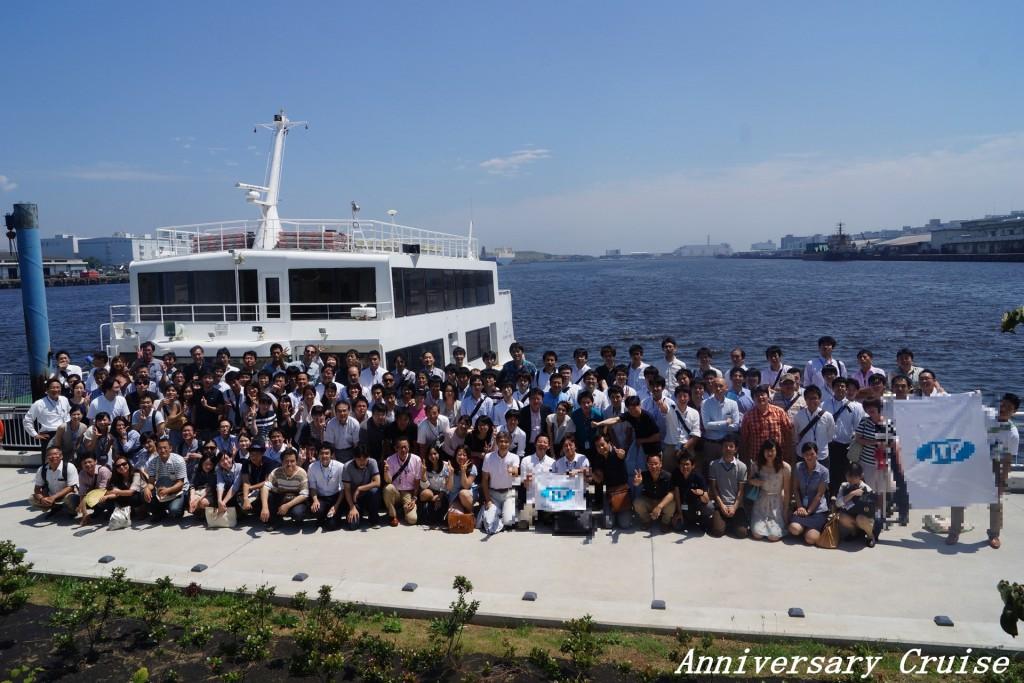 32号船舶を背景に集合写真